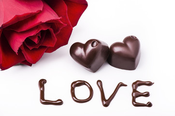 cuore di cioccolato con rosa rossa