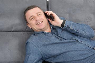 Homme enjoué au téléphone