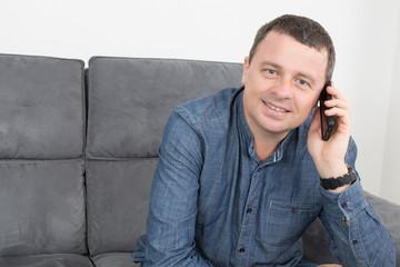 Homme confiant au téléphone