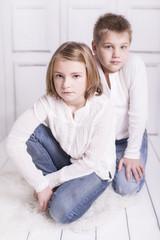 Junge und Mädchen schauen traurig