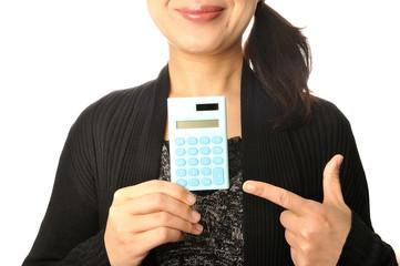電卓を手に持っている日本人女性