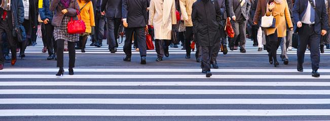 横断歩道を歩くサラリーマン