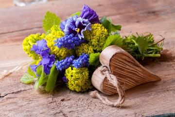 Blumen und Herz auf Holz