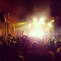 Gente en un concierto alternativo en la calle
