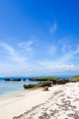 沖縄県 黒島 ノッチと振り向き牛の岩