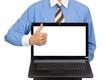 Geschäftsmann präsentiert Bildschirm - Daumen hoch