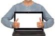 Mann präsentiert Notebook mit Textfreiraum
