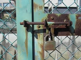 屋外の南京錠