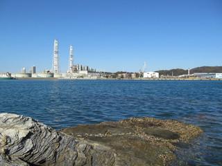 海と工場群