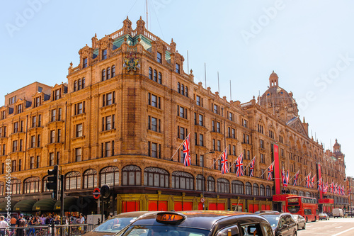 Leinwanddruck Bild View of famous department store Harrods