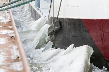 Detail vom Schiff mit Eisschollen