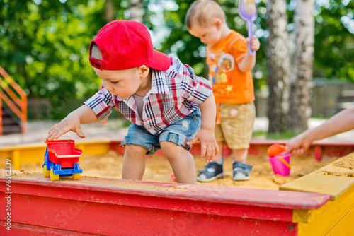 child plays with sand - 76562339