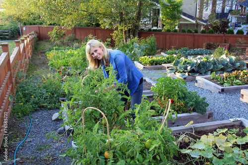 Woman gardener - 76565710