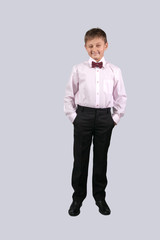 Мальчик на сером фоне