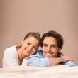 Mann und Frau auf einer Couch