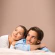 Mann und Frau kuscheln