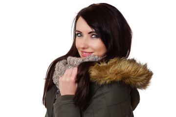 junge Frau mit Winterjacke und Schal