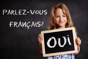 Parlez-vous francais? Kind mit Kreidetafel
