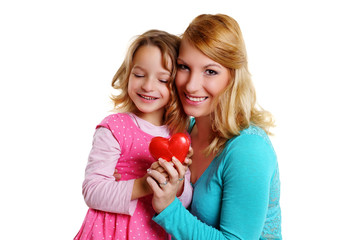 Mutter und Kind sind Glücklich mit roten Herz