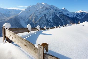 Holzumzäunung in einer Winterlandschaft