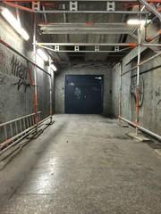 Tor in der U-Bahn