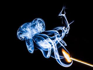 rauchendes Streichholz