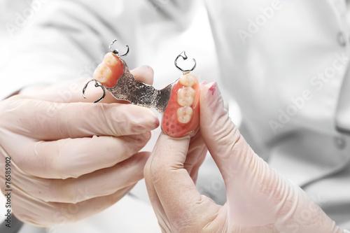 Fototapeta Protetyka, proteza częściowa na łuku metalowym