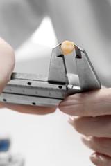 Ząb trzonowy, implant, stomatolog mierzy ząb