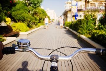 in bicicletta sulla pista ciclabile