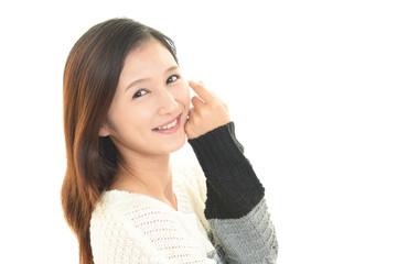 笑顔で寛ぐ女性