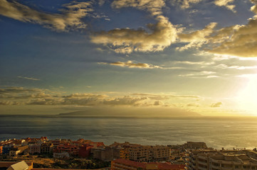 Blick von Teneriffa nach Gomera bei Sonnenuntergang