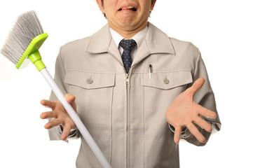 嫌な顔をしている清掃作業員