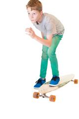Junge auf einem Longboard