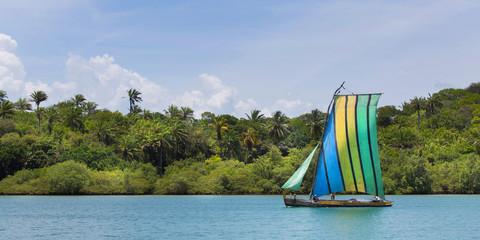 Segelboot aus Holz in der Allerheiligenbuch von Brasilien
