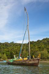 Segelboot aus Holz in der Allerheiligenbucht von Brasilien