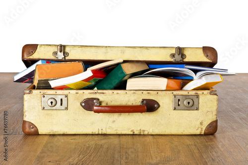 Alter Koffer voller Bücher - Studienreise - 76639780
