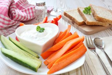 Gemüsesticks mit Kräuter-Dip