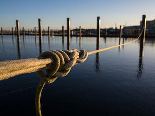 Leerer Seglerhafen mit festem Tau