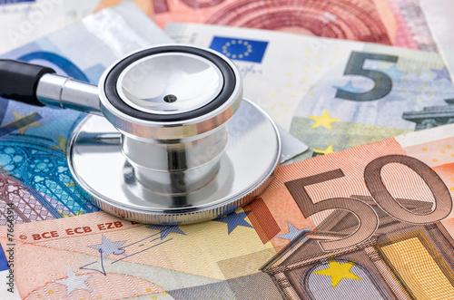 Stethoskop auf Euroscheinen - 76643914