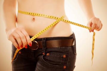 Frau zeigt ihren Erfolg - Diät