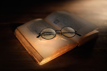 libro antico con occhiali