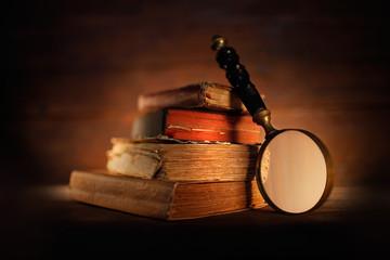 libri antichi con lente