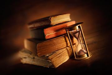libri antichi con clessidra
