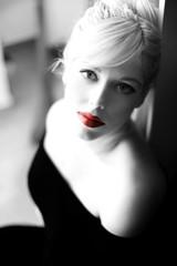 Blonde Frau in Gedanken