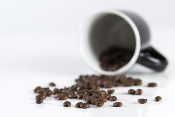 Kaffeebohnen mit Tasse