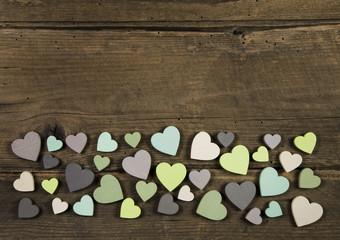 Rustikaler Holz Hintergrund mit Herzen zum Valentinstag
