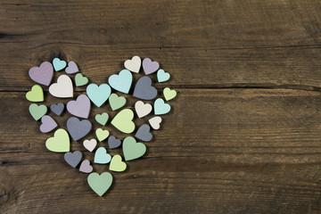 Ein Herz aus vielen Herzen auf Holz als Grußkarte