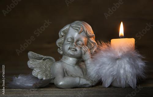 Trauernder weinender Engel mit Kerz als Kondolenzkarte - 76655121