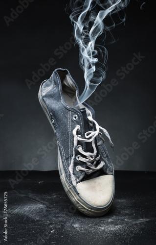 Leinwanddruck Bild Old gym-shoe  in smoke