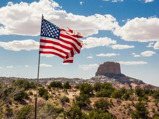 Blick auf Berg in Arizona mit Flagge im Vordergrund